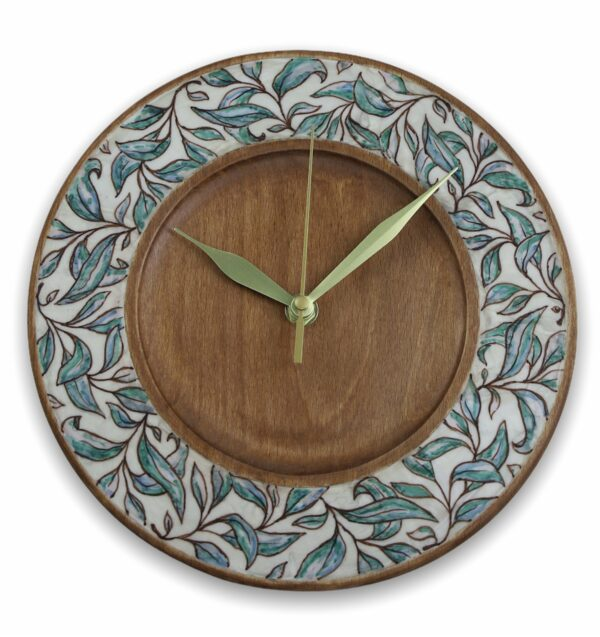 Wood-wall-clock-with-leaves